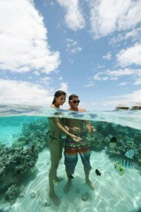 El agua de Bora-Bora rodea a estos dos enamorados, mientras hablan de su futuro juntos.