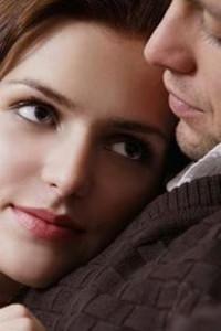 Dos enamorados, frente a frente, mirándose a los ojos